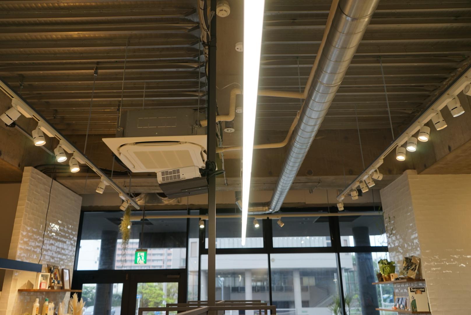 天井が高く開放感のある店内です