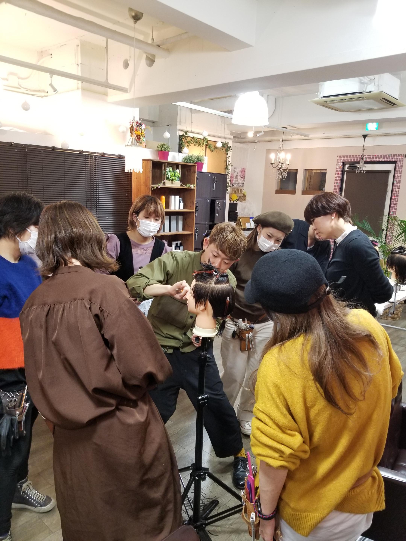 スタイリストの定例練習会(毎月1回)常に新しいヘアデザインを学び続けています。