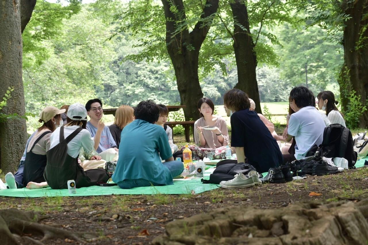歓迎会でピクニック風景。