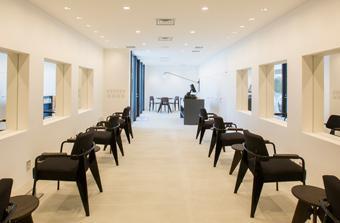 COIN / フロア , ジャンプルーベの家具が際立つシンプルな空間