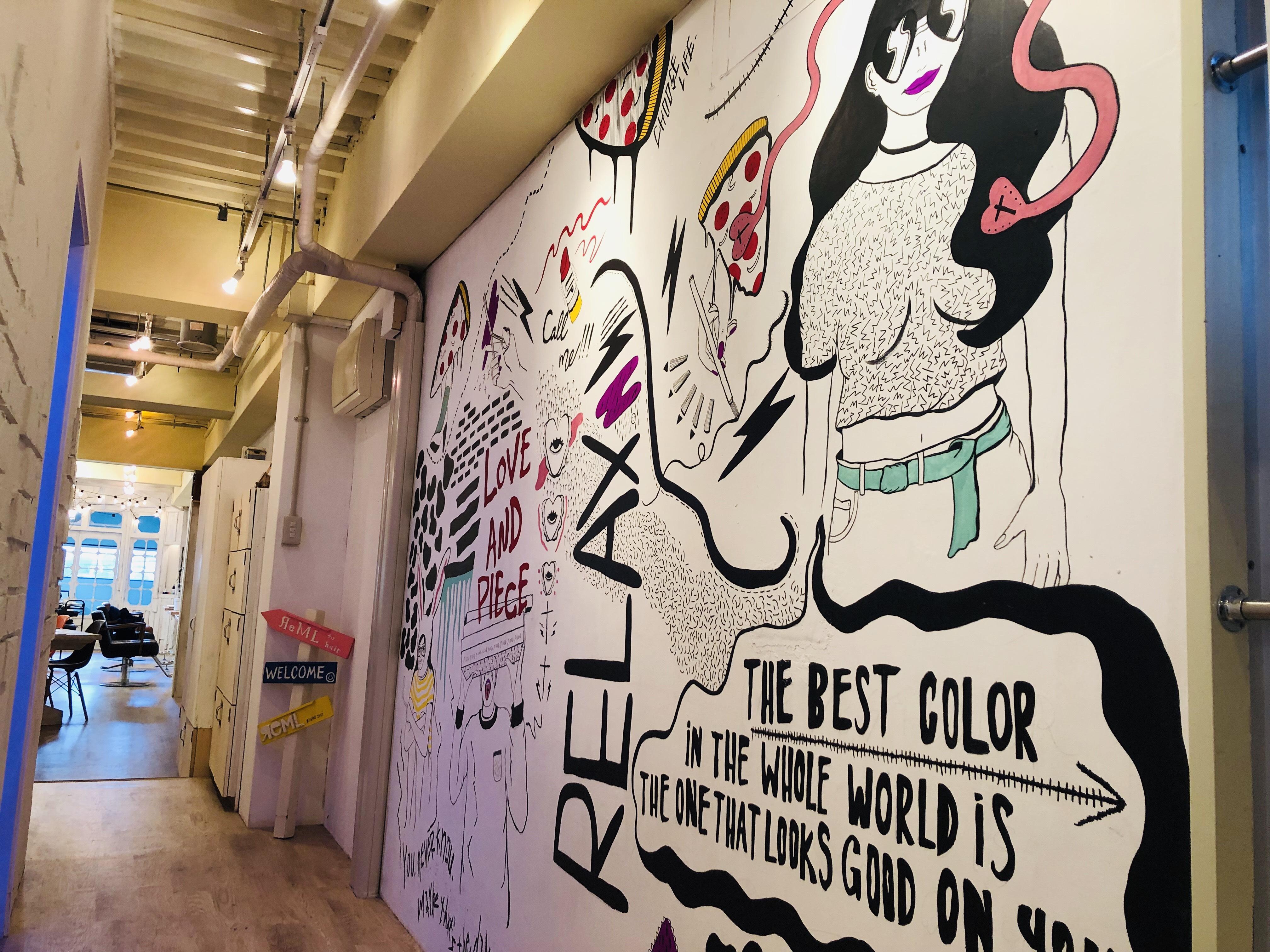 リムルの店内です オシャレなイラストが壁面に描いてあります☆