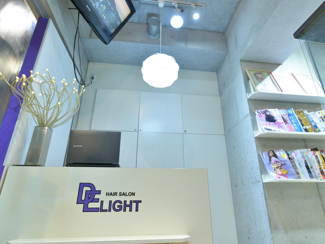 白とイメージカラーの紫を基調とした内装