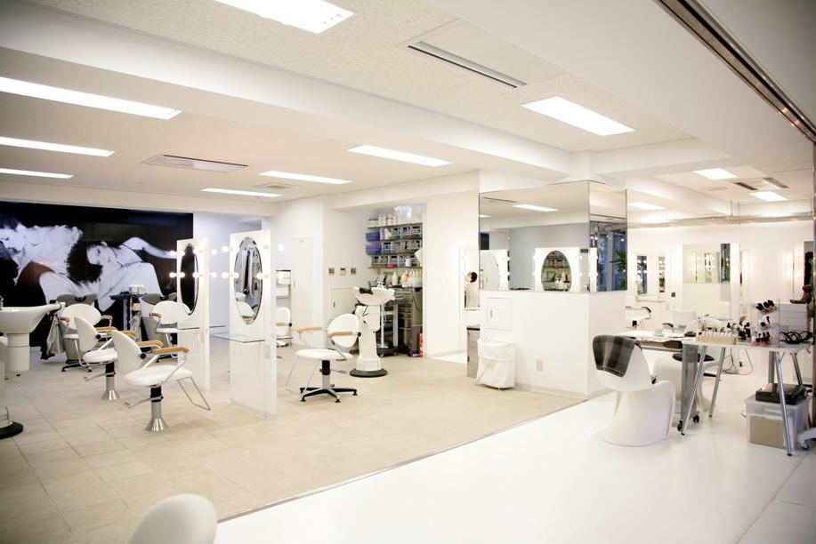 エムクール大泉学園店 白を基調に、ガラス張りで明るく開放感ある店舗です