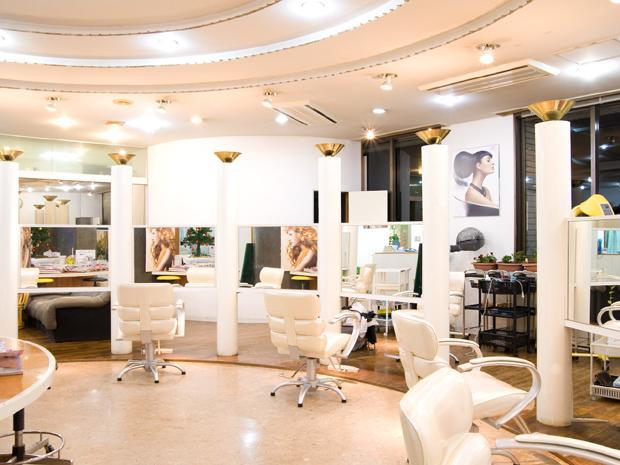 サロンドコッソン 白を基調に開放的な空間。駅ビル内にあり個室も完備した店舗