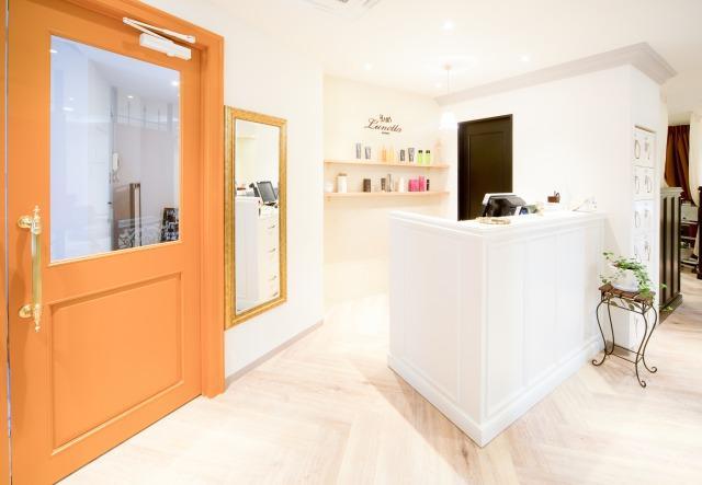 本店レセプション│明るく清潔感のあるレセプションでお客様が入りやすい雰囲気づくりをしています!