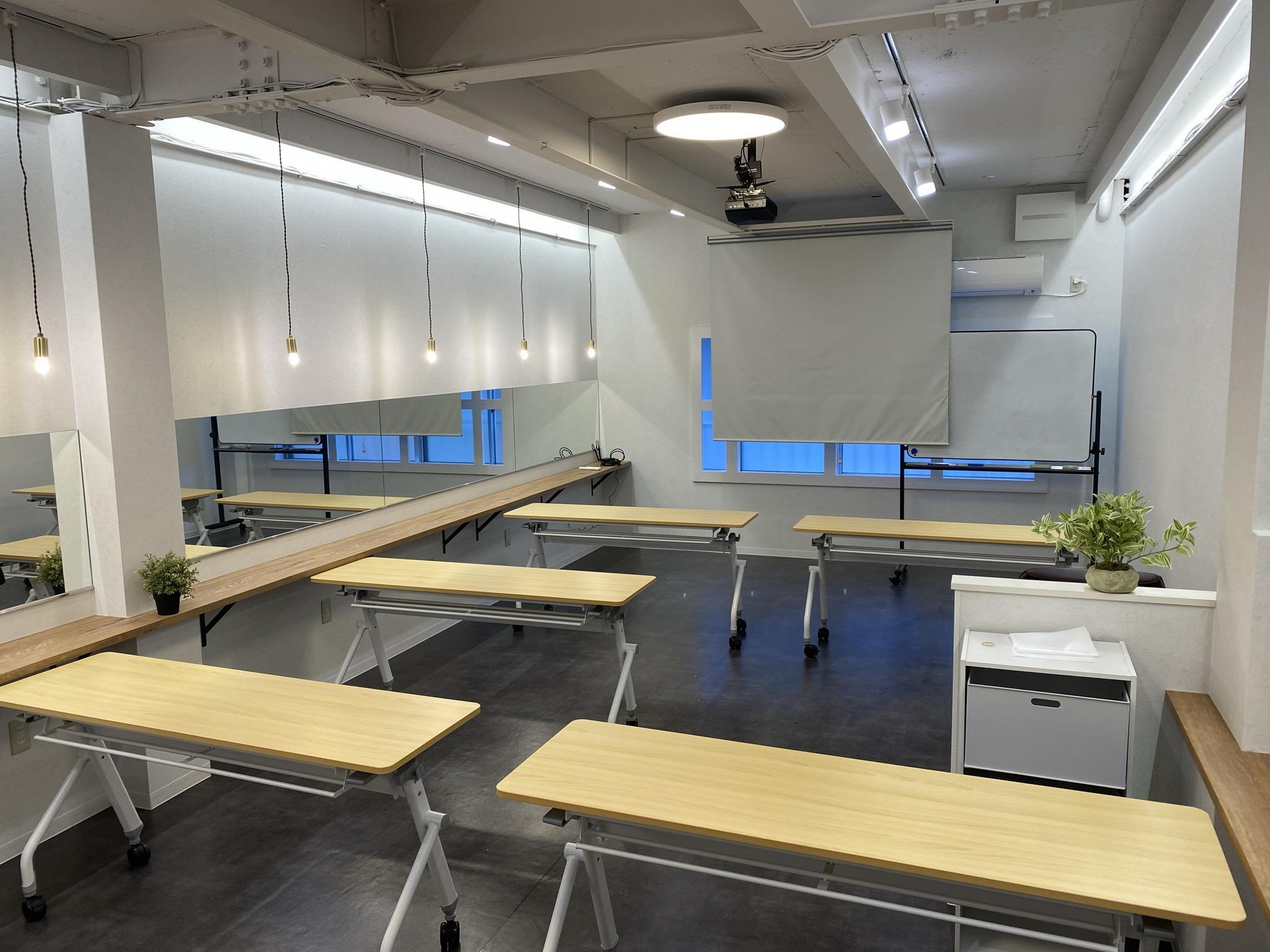 専用レッスンルーム&スタジオ プロジェクター、Wi-Fi、Bluetooth完備