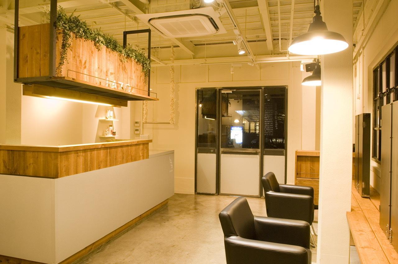 レジカウンターと連結されたカフェ風カラーブース