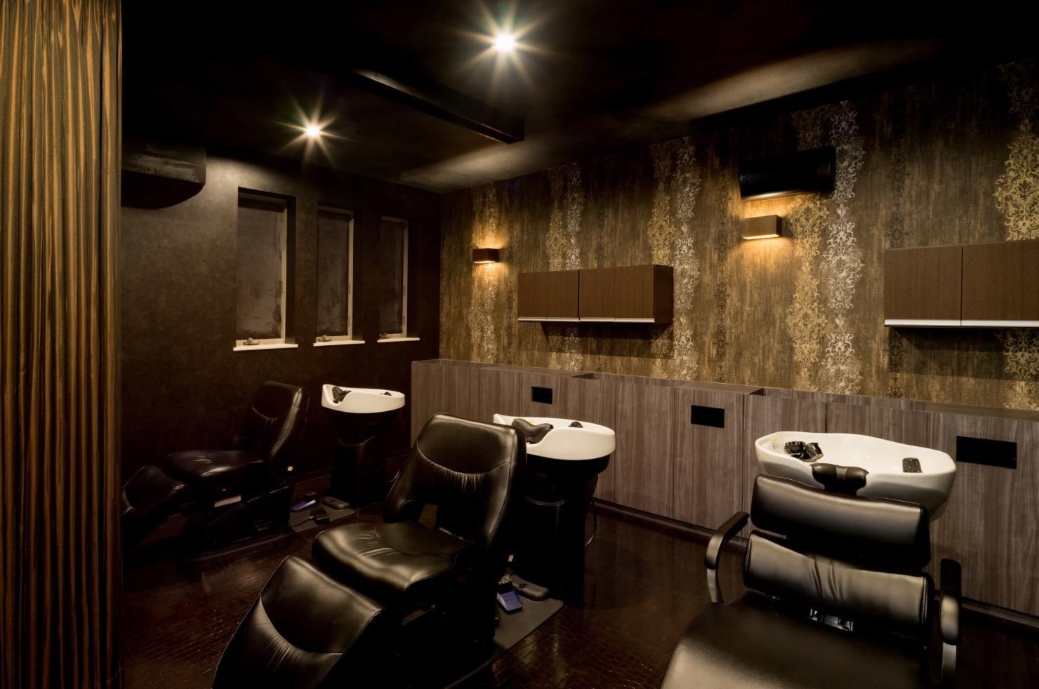 ヒーリングミュージックと照明が自慢のシャンプー室