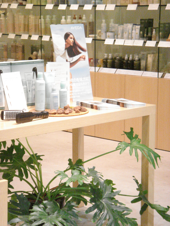 サロン内のAVEDA製品ショップコーナーです。