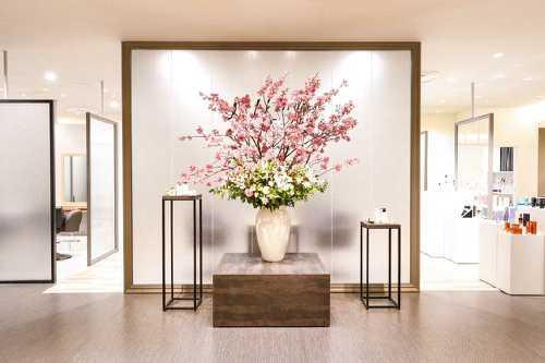 大きな生け花がお客様をお出迎えします。