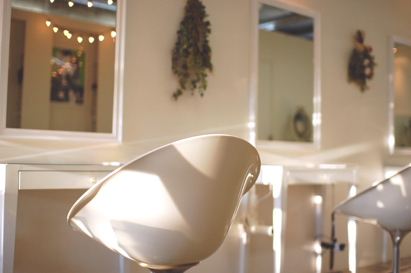 FOLKの内装です。白で統一した明るくて清潔な空間です。