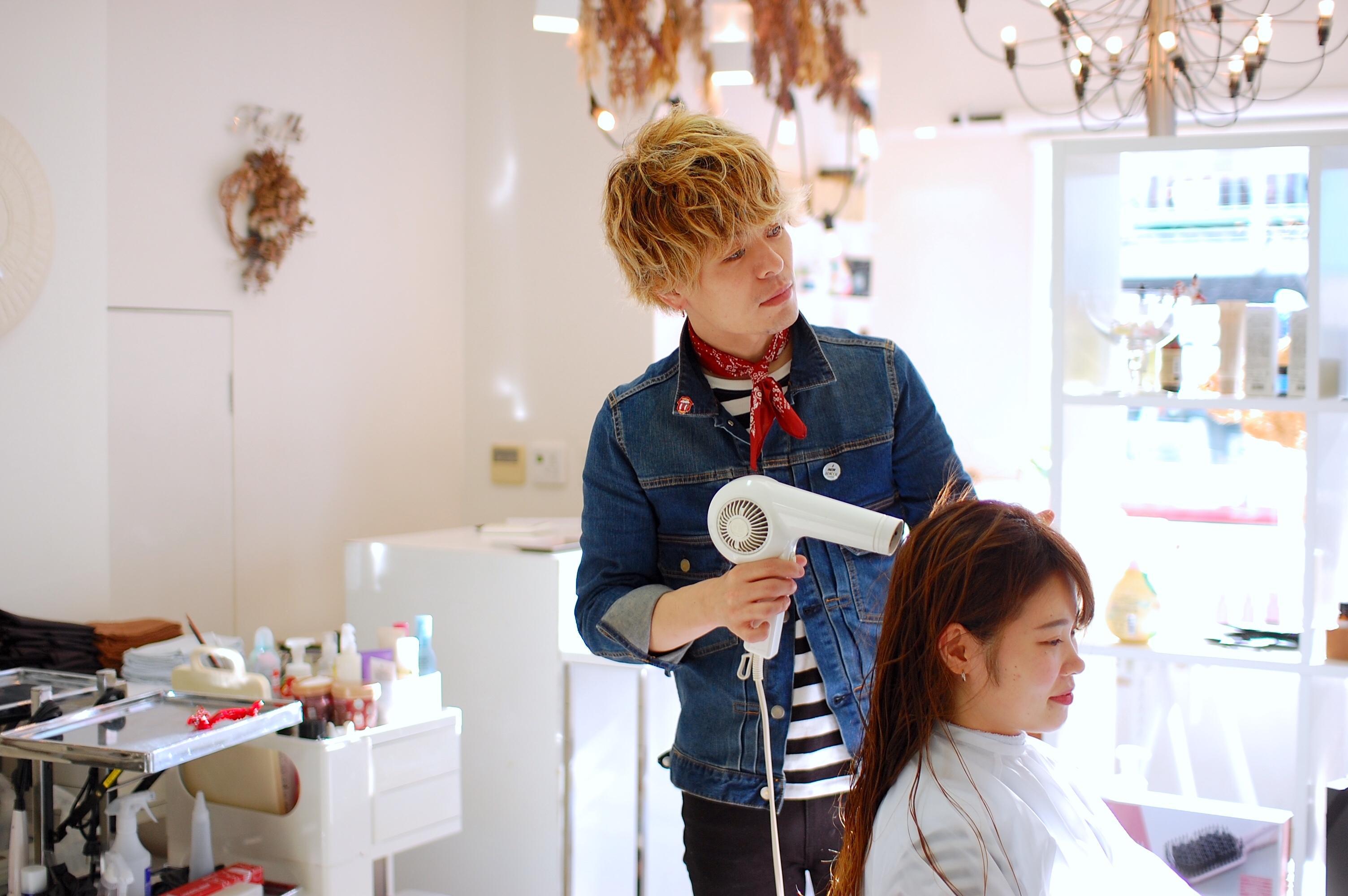 髪色や服装は自由です。あなたの好きな、あなたらしさが伝わるスタイルでお仕事をしてください!