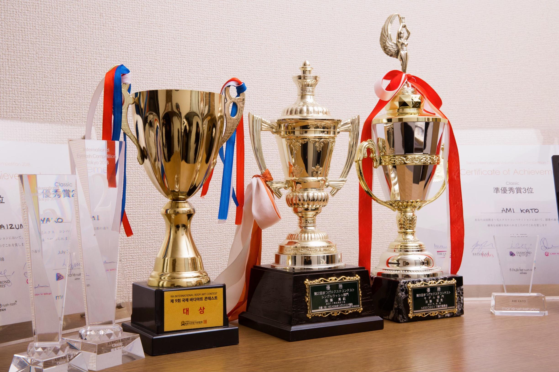アイラッシュエクステンションコンテストでの優勝トロフィー。弊社の技術が間違っていない証明です!自信を持って指導いたします!!