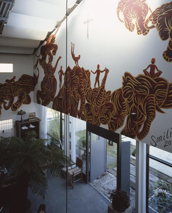 エントランスには木村英輝氏の壁画が広がります